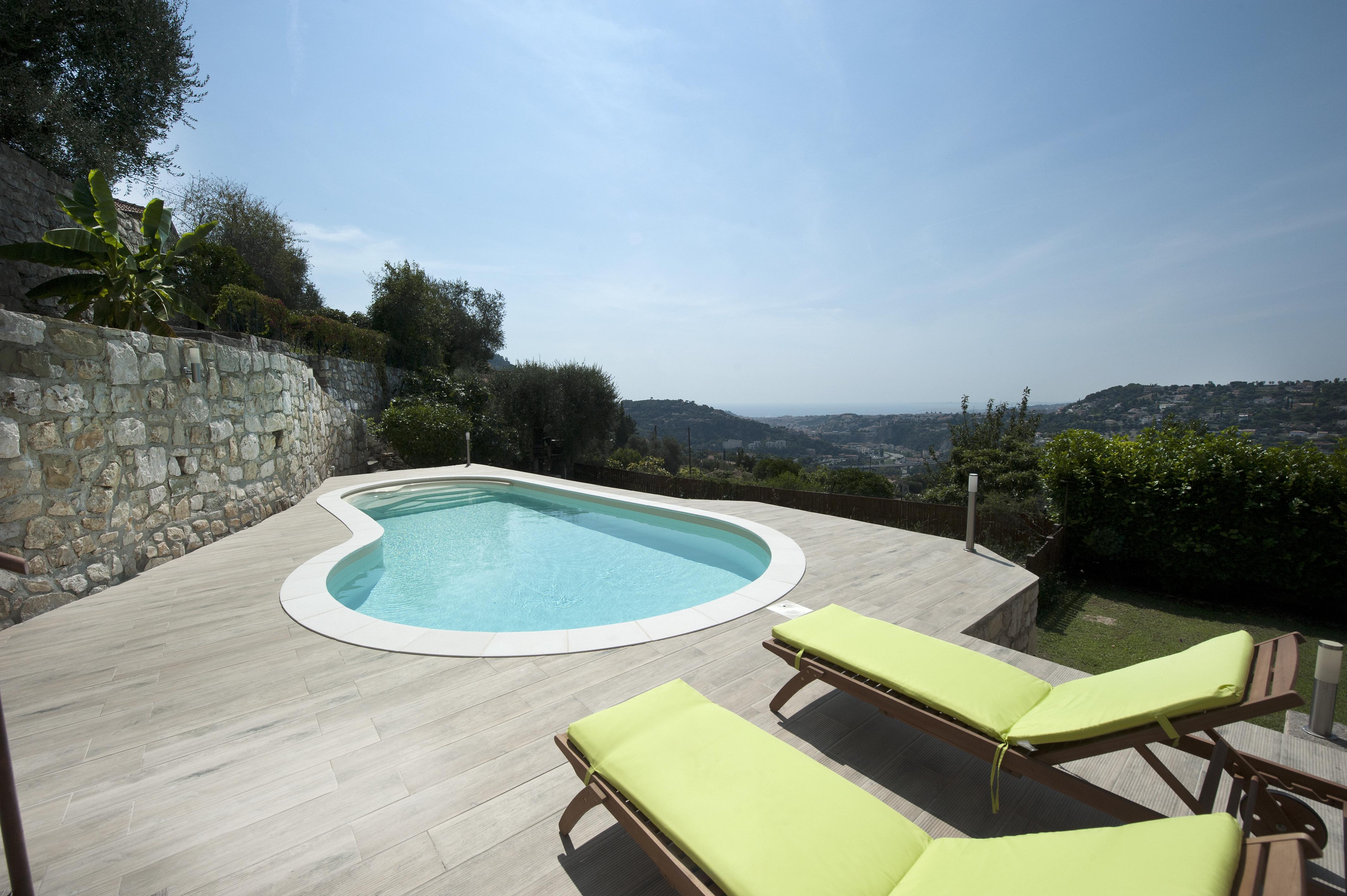 Terrasse et piscine avec Maison et jardin actuels : renouer avec le confort extérieur